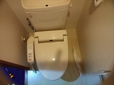 東京都練馬区のマンションのトイレで便座が故障し水漏れ発生! シャワートイレに交換対応